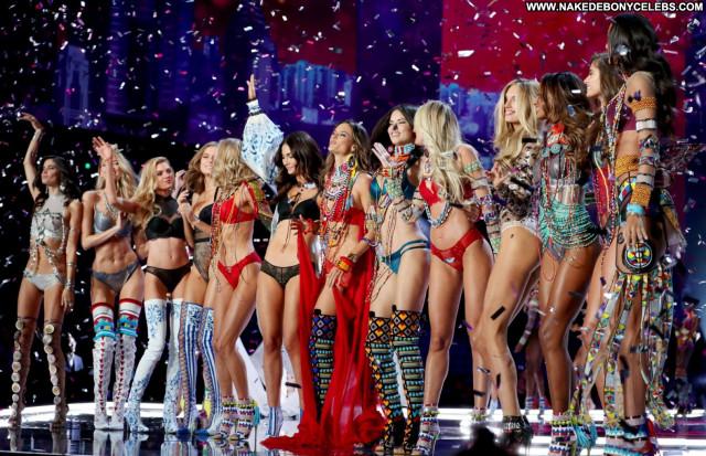 Gigi Hadid Mercedes Benz Fashion Week Babes Braless Topless Bra Sex
